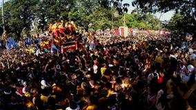 Katolska fantaster svärmer under procession av den svarta nazarenen stock video