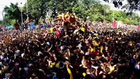 Katolska fantaster svärmer under procession av den svarta nazarenen lager videofilmer