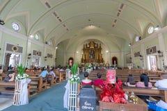 Katolska kyrkor beside i gallerian av den Asien shoppinggallerian av den Pasay staden, Filippinerna royaltyfri foto