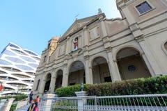 Katolska kyrkor beside i gallerian av den Asien shoppinggallerian av den Pasay staden, Filippinerna arkivfoto