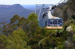 Katoomba stiger ned den sceniska världscablewayen in i Jamison Valley arkivbild