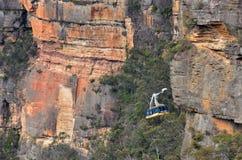 Katoomba stiger ned den sceniska världscablewayen in i Jamison Valley royaltyfria foton