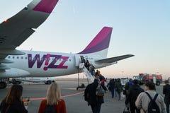 KATOWICKI, POLSKA - 11 10 2018: Wizz wietrzy samolot na lotnisku, ludzie przychodzący wśrodku Wizz Air linie lotnicze s? hungaria fotografia stock