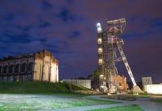Katowicki przy nocą, Przemysłowym krajobrazem/stary mineshaft obraz stock