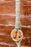 Katrol met kabels op varend schip Stock Foto