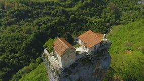 Katskhipijler met oude kerk op bovenkant in Kaukasische bergen in Georgië stock videobeelden