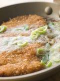 Katsu-trek het koken in een Japanse Pan aan Stock Fotografie