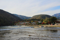 Katsura River delante de la montaña de Arashiyama Imagen de archivo