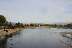Katsura River delante de la montaña de Arashiyama en Kyoto Imagen de archivo libre de regalías