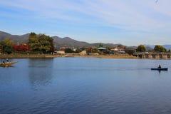 Katsura River delante de la montaña de Arashiyama en Kyoto Foto de archivo libre de regalías