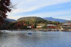 Katsura River delante de la montaña de Arashiyama en Kyoto Fotografía de archivo libre de regalías