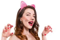 Katt-kvinna smink på härlig ung flicka läppstift som är nailpolish Royaltyfria Bilder