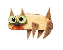Katt som göras av svart bröd och ost på vit bakgrund Fotografering för Bildbyråer