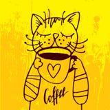 Katten dricker en kopp kaffe i den hemtrevliga gula bakgrunden Royaltyfri Fotografi