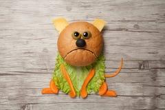 Katten komponerade av bröd, ost och grönsaker på tabellen Fotografering för Bildbyråer