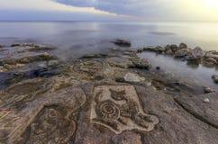 Katten målade på stenen och den ljusa himlen Arkivbild