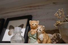 Kattenbeeldjes Een miniatuur van twee katjes die samen displ spelen stock afbeelding