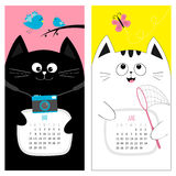 Kattenkalender 2017 Leuk grappig beeldverhaalkarakter - reeks De lentezomermaand van mei Juni Fotocamera, vogel, tak, roze vlinde Stock Foto