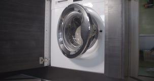 Kattenvlucht van de witte wasmachine vlakke kleur stock video