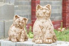 Katter - trädgårds- skulptur Arkivbild