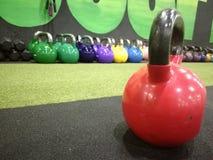 Kattlebells no gym fotografia de stock royalty free