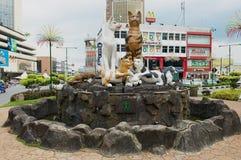 Kattmonument i i stadens centrum Kuching, Malaysia arkivfoto