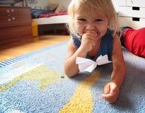Kattperspektiv - liten flicka som spelar med mig Royaltyfri Bild