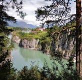 Katun河的看法以山为背景的 免版税库存图片