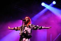 Katy b (английские певица и песенник, и студент-выпускник школы БРИТАНЦА) выполняет на FIB Стоковое фото RF