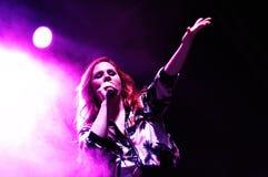 Katy B (cantante y compositor inglés, y un graduado de BRIT School) se realiza en la BOLA fotos de archivo