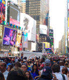 Katy Perry im Times Square, Leute-Reihe in einer langen Schlange, NYC, USA Stockfotos