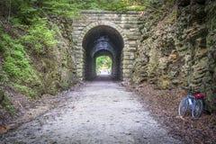 Katy Trail-Tunnel und -fahrrad Lizenzfreie Stockfotos