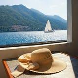 katya lata terytorium krasnodar wakacje Kobiety ` s słońca kapelusz na stole przyjemność statek fotografia royalty free