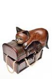 Katze, die auf einem Kasten sitzt Stockfotos