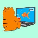 Katze, die vor Computer mit Schale des Getränks sitzt Lizenzfreie Stockfotografie