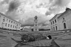 Katze, die vor Kloster liegt Stockbild