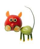 Katze gemacht von der roten und grünen Tomate Stockbild