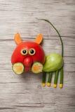 Katze gemacht von der roten und grünen Tomate Lizenzfreie Stockfotos