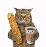 Katze mit Kaffee und Stangenbrot stockbilder