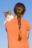 Katze mit Mädchen. Lizenzfreies Stockbild