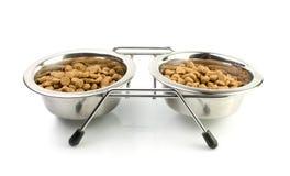 Katze-Nahrung in silberne Schüsseln lizenzfreie stockfotos