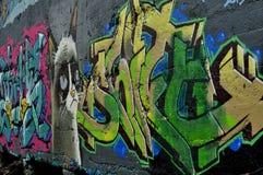 Katze und Graffiti auf alter Wand stockbild