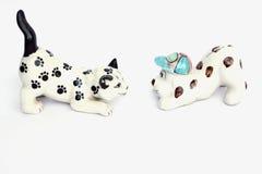 Katzen- und Welpenpuppe lokalisiert auf weißem Hintergrund Stockbild