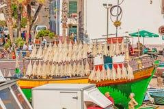 Katzenhaifischtrockner am bunten Fischerboot, Camara de Lobos, Madeira Stockfotografie