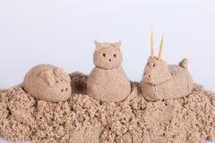 Katzenskulptur vom nassen Sand auf einem weißen Hintergrund Lizenzfreie Stockfotos