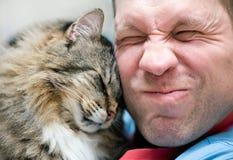 Katzesorgfalt mit Mann Stockfotos