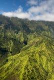 Kauai berg på den tropiska Hawaii ön av Kauai Royaltyfria Bilder