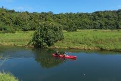 KAUAI, HAWAII, LOS E.E.U.U. - 29 DE DICIEMBRE DE 2014: el kayaking en el río del wailua Fotografía de archivo