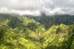 Kauai pone verde el escenario de película jurásico del parque de la opinión aérea de la montaña fotografía de archivo