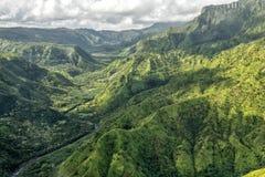 Kauai pone verde el escenario de película jurásico del parque de la opinión aérea de la montaña imagen de archivo